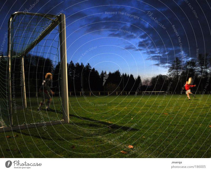 Flanke Mensch Freude dunkel Sport Kind Junge Freundschaft Freizeit & Hobby Fußball maskulin Erfolg stehen Fußballer Ball Wachsamkeit Sportplatz