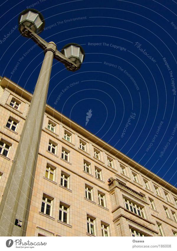 Stalinallee Karl-Marx-Allee Laterne Gebäude Wohngebäude Zuckerbäckerstil Himmel blau Fassade Fliesen u. Kacheln Fenster Straßenbeleuchtung Mast
