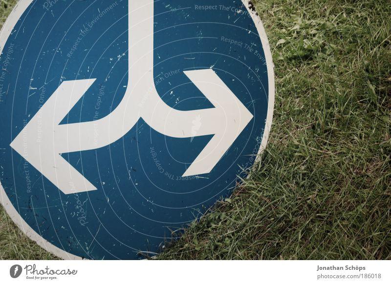 und ich fahr trotzdem geradeaus :P blau weiß grün Wiese Wege & Pfade Gras Schilder & Markierungen Verkehr Kreis Hinweisschild Richtung rund Zeichen Pfeil Trennung Autofahren