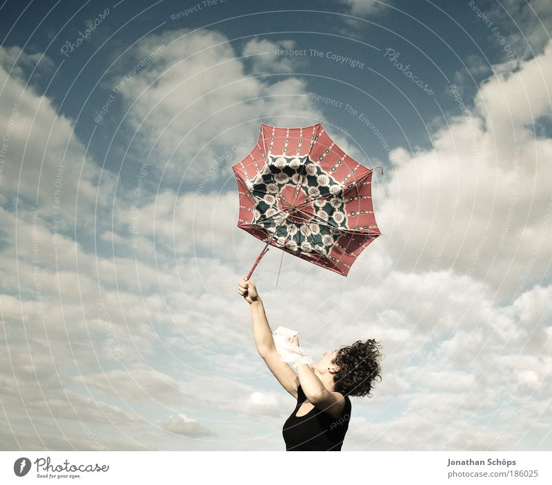 gleich fliegt er weg Mensch Himmel Jugendliche blau Junge Frau rot Wolken Freude 18-30 Jahre Erwachsene Leben feminin Glück Lifestyle Freiheit fliegen
