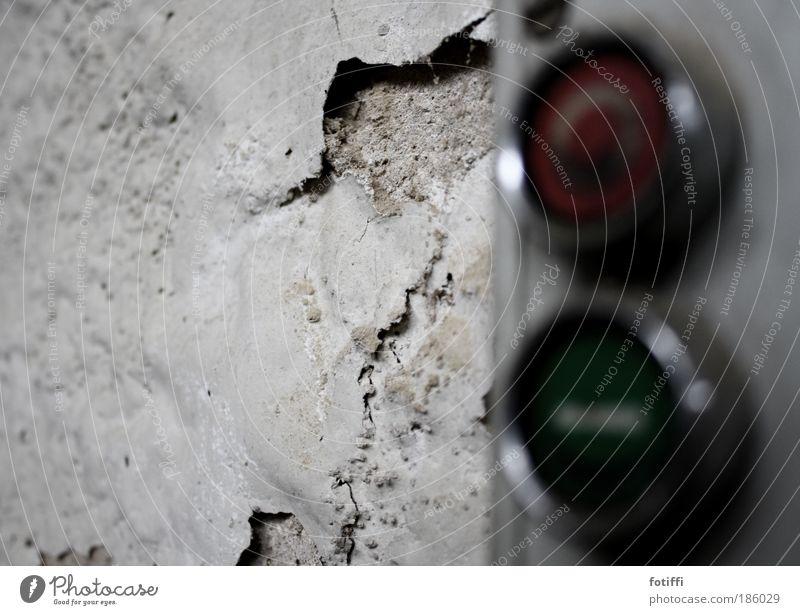 ..,..´8 alt grün weiß rot Einsamkeit ruhig Wand Mauer dreckig Beton kaputt Fabrik Verfall silber abblättern Schalter