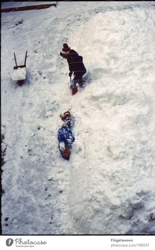 Rettet den Schnee! Mensch Freude Winter kalt Junge Spielen Glück Kind Wetter Umwelt Fröhlichkeit Ferien & Urlaub & Reisen Freizeit & Hobby Klima Lebensfreude