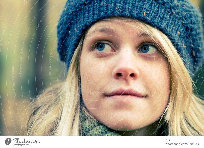 :] feminin Junge Frau Jugendliche Gesicht 1 Mensch 18-30 Jahre Erwachsene Hut blond langhaarig beobachten entdecken genießen Lächeln schön natürlich Neugier