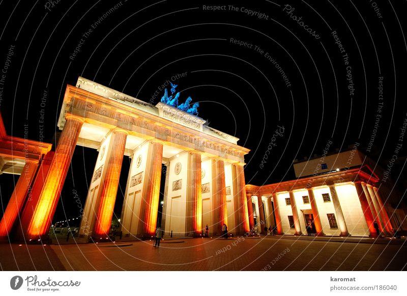 Brandenburger Tor Stadt rot schwarz Berlin gelb Gebäude Architektur glänzend groß Symbole & Metaphern Kultur Denkmal Bauwerk Kunst historisch
