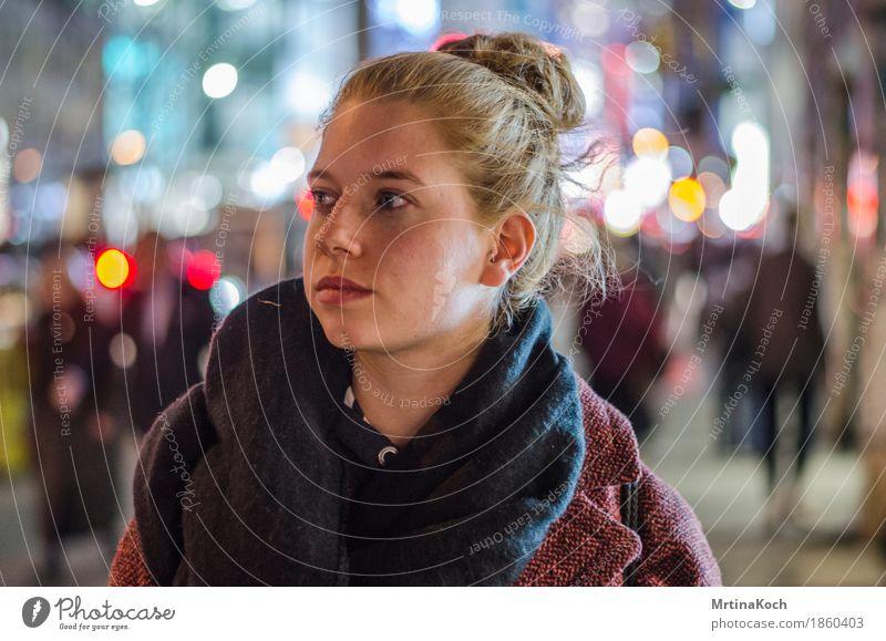 Spotlight. II feminin Junge Frau Jugendliche Erwachsene 1 Mensch Tapferkeit selbstbewußt Coolness Optimismus Erfolg Kraft Willensstärke Geborgenheit Vorsicht