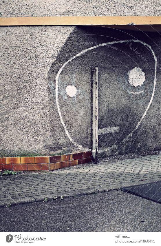 nischendasein Stadt Gesicht Auge Wand Traurigkeit Graffiti lustig Mauer grau Zeichen Bürgersteig graphisch Backstein Stab Strebe Smiley