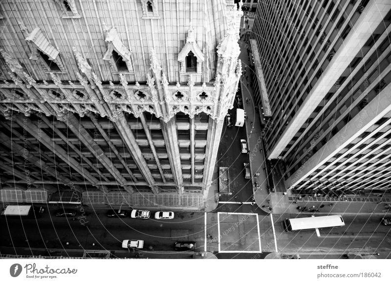 Downtown Stadt ruhig Straße Leben PKW Hochhaus Verkehr Fassade ästhetisch USA Bus Stadtzentrum Autofahren Fahrzeug Straßenkreuzung Schwarzweißfoto