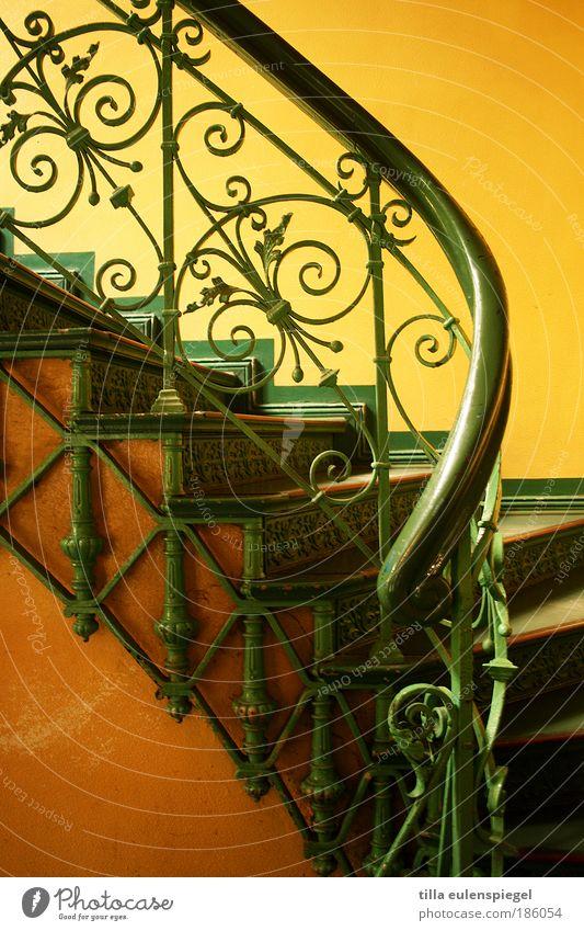 / Menschenleer Haus Gebäude Treppe ästhetisch schön gelb grün Farbe Treppenhaus Treppengeländer filigran Schnörkel edel Wärme Farbfoto Innenaufnahme