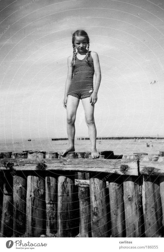 Badenixe 1937 Mädchen Außenaufnahme Blick in die Kamera baden Ferien & Urlaub & Reisen Sommerurlaub Strand Meer Wellen Bunen Holzpfähle Kind Wasser