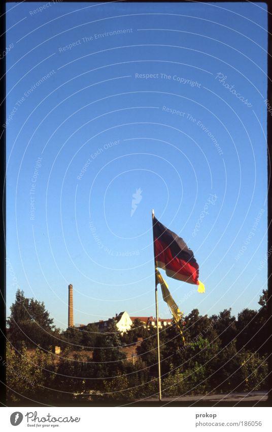 Flagge auf Halbgold Himmel Natur alt Baum Pflanze Sommer Deutschland Wind Erfolg kaputt Turm Fahne Fabrik Zeichen Schönes Wetter Freundlichkeit