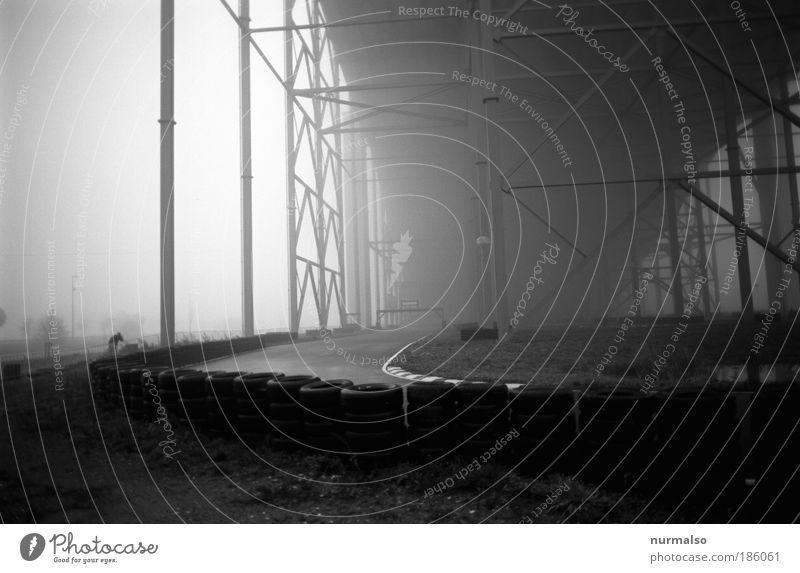 Montag Morgen auf der Cartbahn Mensch Einsamkeit Erwachsene kalt Architektur Klima Nebel maskulin Erfolg bedrohlich fahren Bauwerk dünn Rennsport
