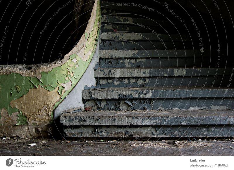 Karriereleiter alt grün blau schwarz Farbstoff Gebäude Angst Treppe ästhetisch retro kaputt Vergänglichkeit verfallen Verfall Vergangenheit