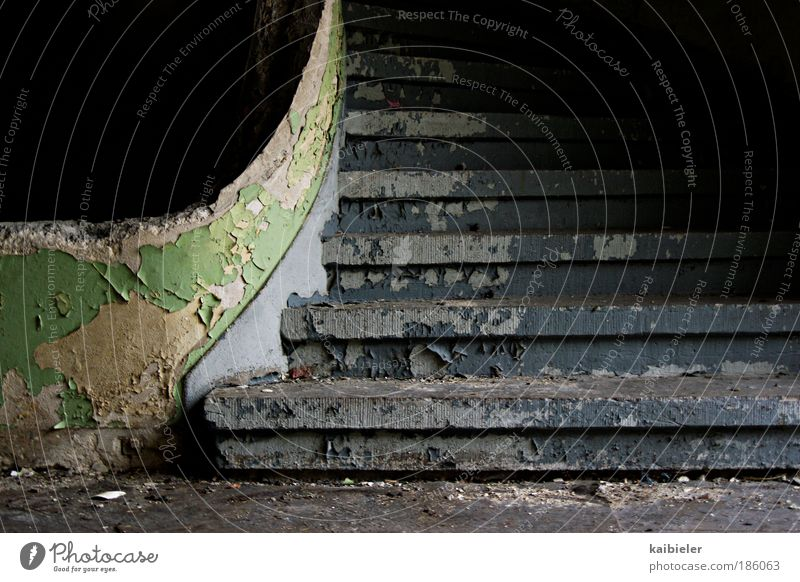 Karriereleiter Treppe Treppenhaus Treppengeländer Bauwerk Gebäude alt kaputt retro blau grün schwarz Angst Zukunftsangst ästhetisch Verfall Vergangenheit