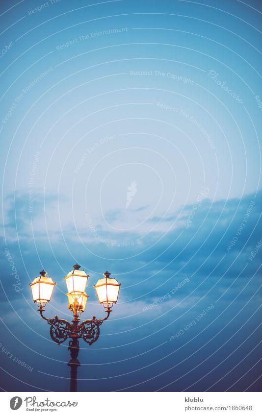 Himmel und Straßenbeleuchtung in der Dämmerung Design Sommer Strand Meer Lampe Natur Landschaft Horizont Wetter Unwetter Wind Architektur Stahl alt hängen