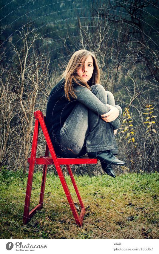 Warten Frau Mensch Jugendliche rot Gesicht Porträt Einsamkeit feminin Gefühle Gras Haare & Frisuren Traurigkeit Denken warten Erwachsene sitzen