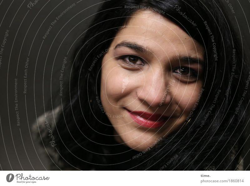 . feminin 1 Mensch schwarzhaarig langhaarig beobachten Lächeln Blick Freundlichkeit schön Gefühle Stimmung Glück Zufriedenheit Lebensfreude Optimismus Vertrauen