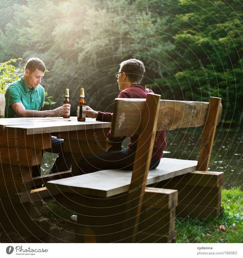 Pause Mann Natur Jugendliche Alkohol Sommer Wald Erholung Leben Freiheit Umwelt Erwachsene Mensch Freundschaft Zufriedenheit Freizeit & Hobby Ausflug
