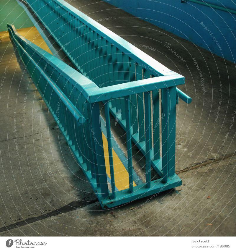 Schiefe Ebene Verkehrswege Tunnel Metall eckig lang Geländer Höhenunterschied Fuge Neigung DDR Strukturen & Formen Kunstlicht Schatten Lichterscheinung Marzahn