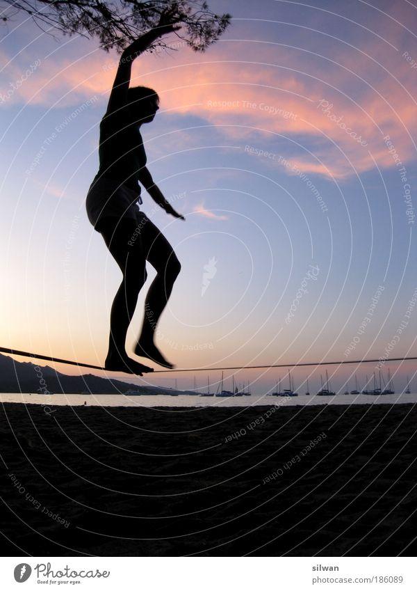 Slacklinen am Strand Mensch Frau Himmel Jugendliche blau Baum Ferien & Urlaub & Reisen Sommer Meer schwarz Erwachsene Sport Sand Gesundheit Tourismus