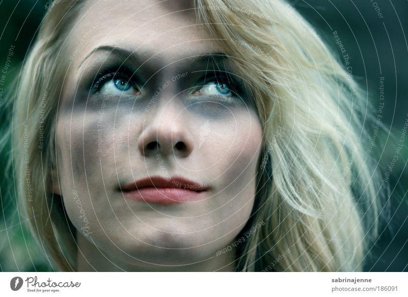 durch den dreck Mensch feminin Junge Frau Jugendliche Kopf Gesicht Auge 1 18-30 Jahre Erwachsene blond frech schön blau grün schwarz weiß Interesse Farbfoto