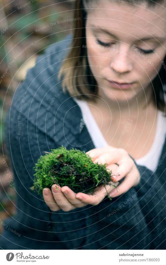 ein stück grün Mensch feminin Junge Frau Jugendliche Hand 1 18-30 Jahre Erwachsene Moos Wald Jacke blond blau schwarz Farbfoto Außenaufnahme Nahaufnahme Tag