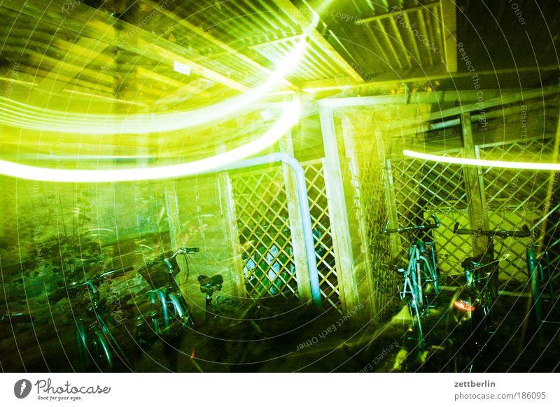 Licht Hinterhof Haus Gebäude Mauer Mietrecht Abend Nacht dunkel grell Schatten friedenau Textfreiraum Herbst Nachtaufnahme Nachbar Langzeitbelichtung Leuchtspur