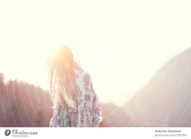 dreamshapes Natur schön Himmel blau Gefühle Berge u. Gebirge Bewegung Haare & Frisuren träumen hell blond frei Horizont verrückt Abenteuer retro
