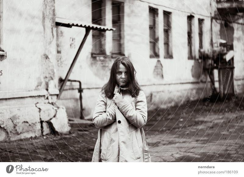 lena Mensch Junge Frau Jugendliche Auge 1 18-30 Jahre Erwachsene Gelassenheit kalt Mantel Herbst Textur Fenster Schwarzweißfoto Außenaufnahme Tag Blick