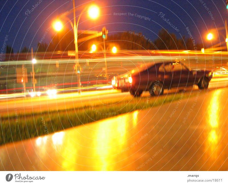 Fluktuation Stadt Verkehr Verkehrsmittel Verkehrswege Personenverkehr Straßenverkehr Autofahren Ampel PKW stehen warten dunkel Erwartung Mobilität Laterne