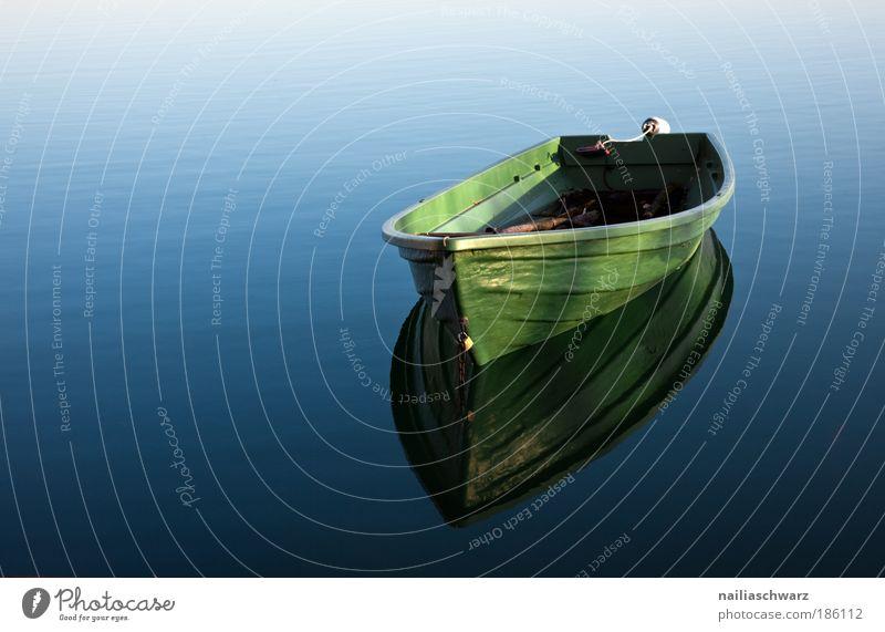 Das Boot Wasserfahrzeug Natur grün blau Einsamkeit Zufriedenheit Reflexion & Spiegelung Ferien & Urlaub & Reisen Umwelt nass ästhetisch einfach Spielen