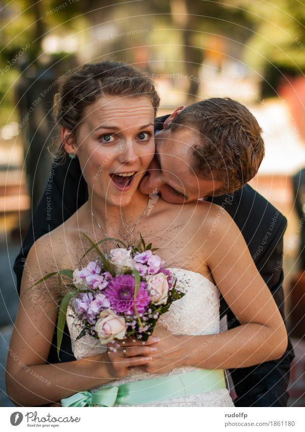 just married Freude Glück Hochzeit Mensch maskulin feminin Junge Frau Jugendliche Junger Mann Paar Partner 2 18-30 Jahre Erwachsene Kleid Blumenstrauß