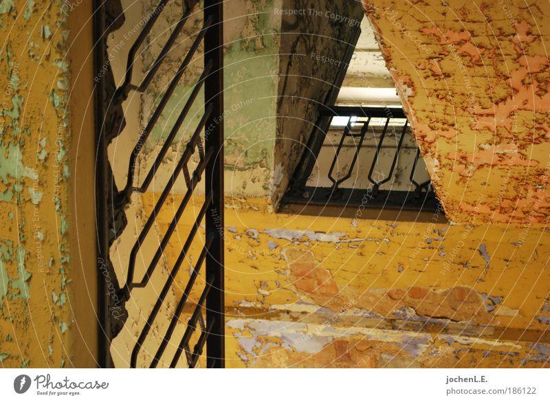 komm runter alt ruhig Ferne gelb Wand Architektur Mauer Linie dreckig Beton Treppe ästhetisch kaputt Häusliches Leben Fabrik fallen