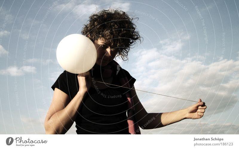 junge Frau mit Locken mit Luftballon wie am Schnürchen Lifestyle Stil Mensch feminin Junge Frau Jugendliche 18-30 Jahre Erwachsene Himmel Wolken ästhetisch blau