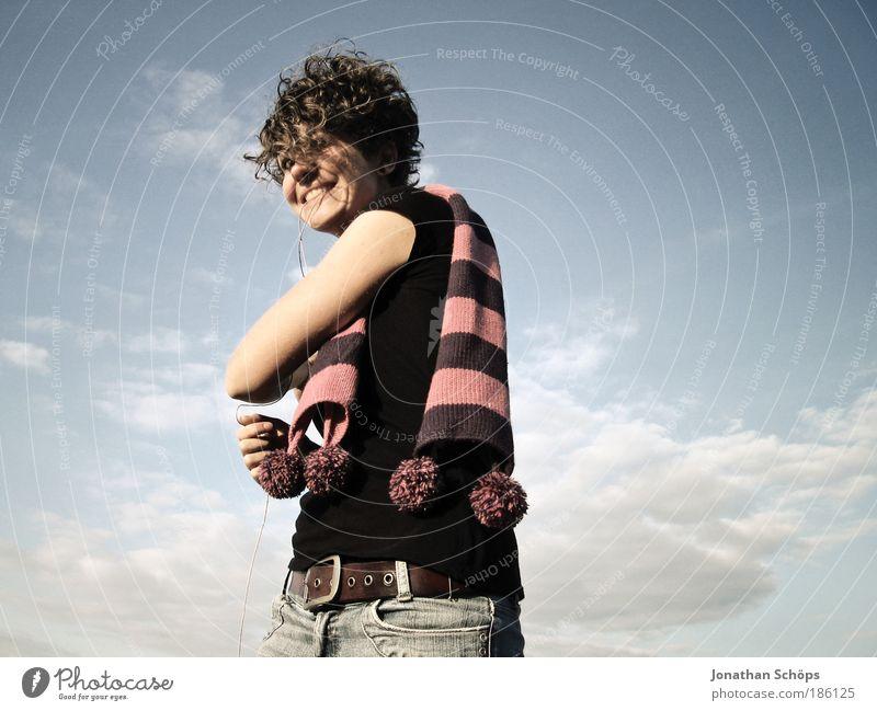 junge Frau mit Locken mit Luftballon wie am Schnürchen Lifestyle Stil Freude Glück Mensch feminin Junge Frau Jugendliche 18-30 Jahre Erwachsene Himmel Wolken