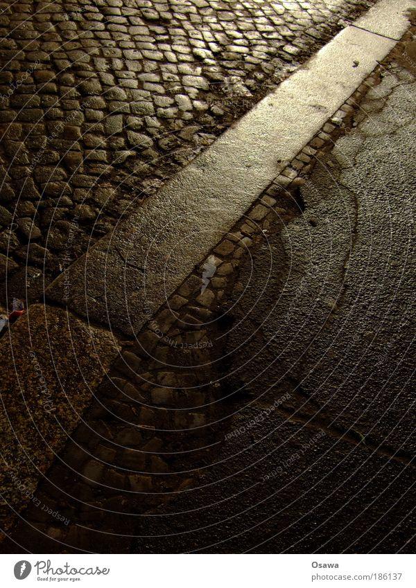 Bordsteinkante Stadt Ferien & Urlaub & Reisen Straße Stein Wege & Pfade Denken glänzend Straßenverkehr nass Ziel Asphalt Bürgersteig Mobilität feucht Kopfsteinpflaster diagonal
