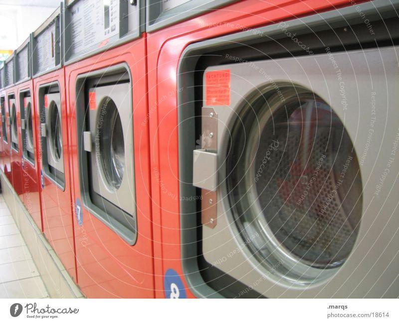Waschsalon Wäsche Wohnzimmer Waschmaschine dauern Trommel Industrie orange warten Wäsche waschen Waschtag