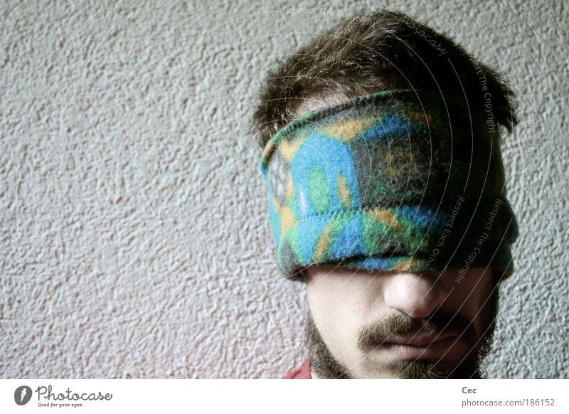 Made in Switzerland (oder Half oder The Numbness) Jugendliche weiß Wand Kopf Angst Erwachsene maskulin Schweiz Perspektive Bart Mütze Mann Verzweiflung Mensch bleich Sorge