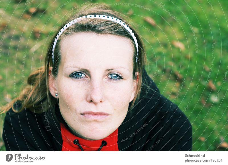 gibts bald Schnee? Frau Mensch Natur Jugendliche schön Porträt Gesicht Auge Leben feminin Gras Garten Haare & Frisuren träumen Kopf