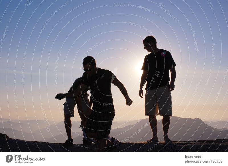 Walking on sunshine Mensch Himmel Natur Jugendliche Sonne Ferien & Urlaub & Reisen Erwachsene Ferne Leben Umwelt Landschaft Freiheit Berge u. Gebirge Menschengruppe Luft Freundschaft