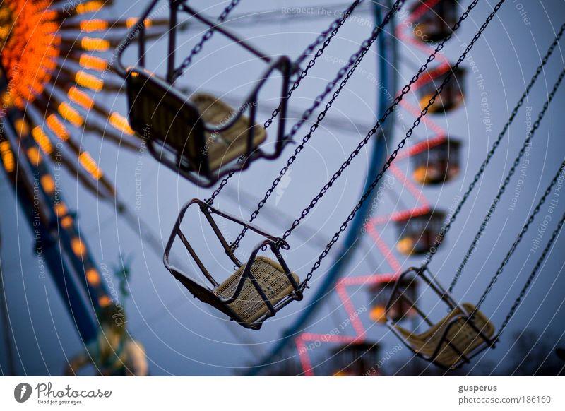 freischwinger Veranstaltung Oktoberfest Jahrmarkt authentisch Glück kattenkarussel Karussell Kette Riesenrad Beleuchtung Neptunbrunnen Farbfoto mehrfarbig