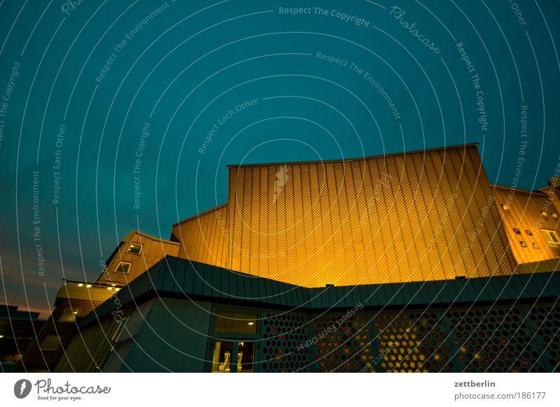 The Darkest Hour Hauptstadt November dunkel Abend Nacht Angst gruselig Hoffnung Beleuchtung Strahlung Perspektive Architektur Berliner Philharmonie scharoun