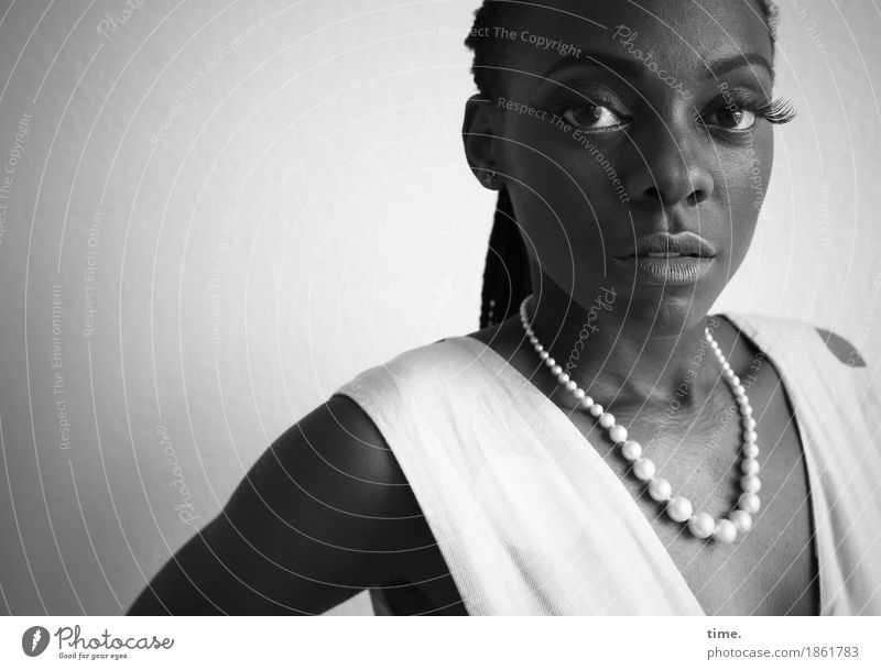 . feminin Frau Erwachsene 1 Mensch Kleid Schmuck Halskette schwarzhaarig langhaarig beobachten Denken Blick warten schön selbstbewußt Willensstärke Mut