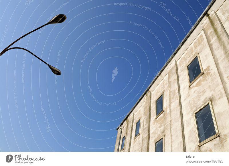 alles ziemlich schräg hier alt blau Haus Fenster Wand Holz Stein Mauer Metall Lampe Kraft Glas Fassade Beton Energie groß