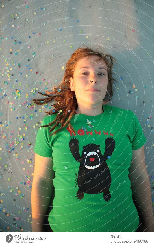 recumbency Frau grün Gesicht Auge grau Haare & Frisuren Mensch liegen Boden T-Shirt Tier 18-30 Jahre langhaarig Junge Frau ernst Monster