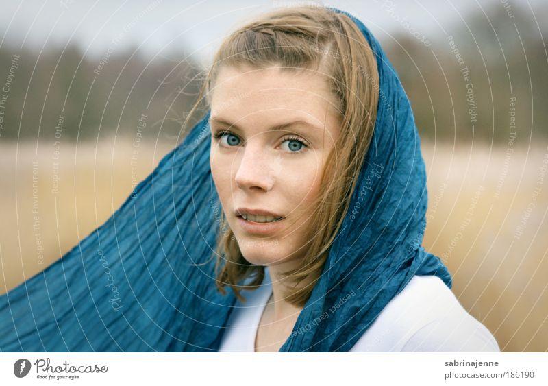 come away with me Mensch Natur Jugendliche feminin Landschaft blond Erwachsene Umwelt Neugier Interesse Schal Kopftuch Junge Frau Porträt 18-30 Jahre