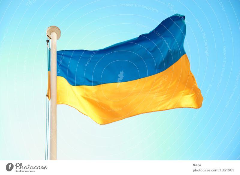 Ukrainische blaue und gelbe Flagge Himmel Farbe weiß Freiheit Aussicht Wind Europa Kultur Symbole & Metaphern Fahne Wahrzeichen Wolkenloser Himmel Europäer