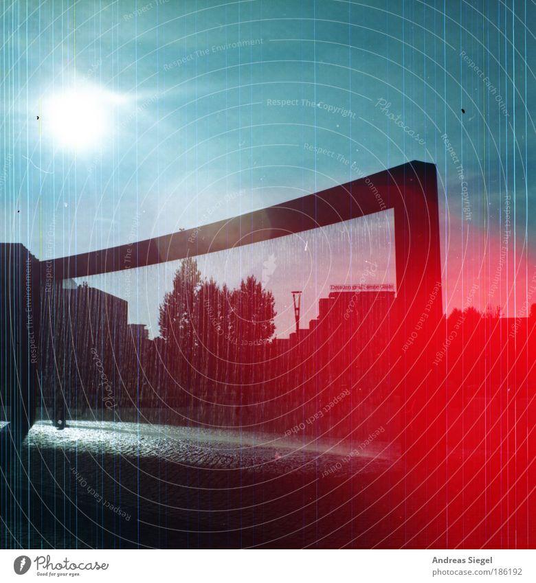 Postplatz mit Red Fleck Wasser blau rot Sonne Straße Architektur Stil Kunst nass Platz Design Wassertropfen ästhetisch außergewöhnlich Lifestyle