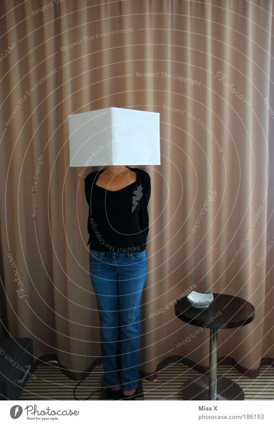 Mensch Haus Erwachsene feminin Beine Lampe lustig Körper Wohnung Innenarchitektur verrückt Lifestyle leuchten Häusliches Leben Neugier 18-30 Jahre