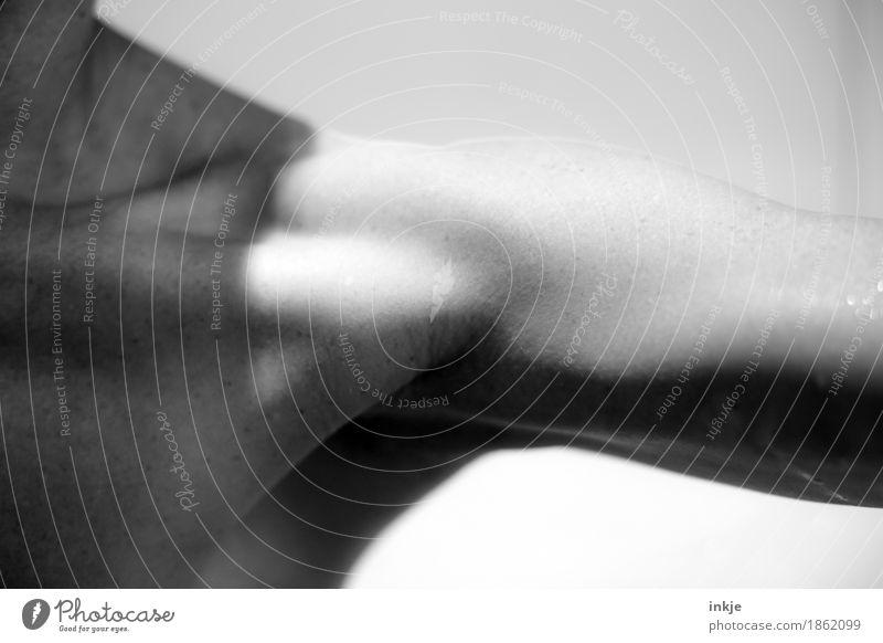 en detail schön Körperpflege sportlich Fitness feminin Leben Arme Schulter Sehne Muskulatur 1 Mensch dünn Schwarzweißfoto Innenaufnahme Nahaufnahme