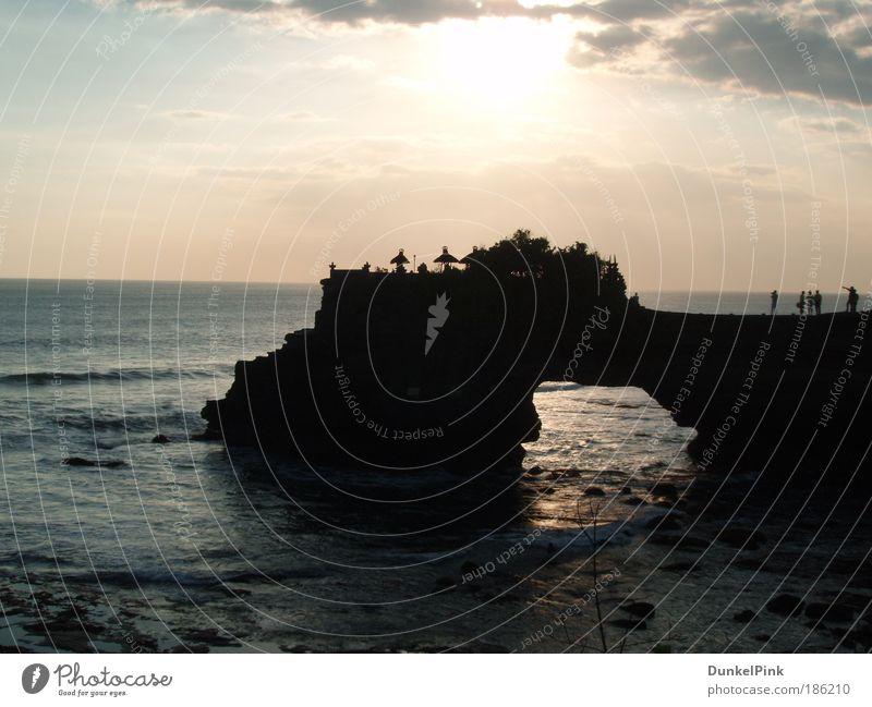 Tanah Lot Himmel Natur Ferien & Urlaub & Reisen Sommer Wasser Meer Erholung ruhig Wege & Pfade Küste Denken Felsen Horizont Wellen Kraft warten